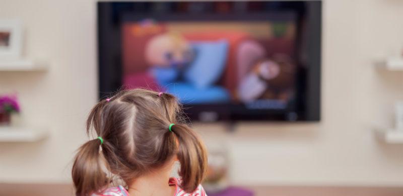 petite fille regardant la télé